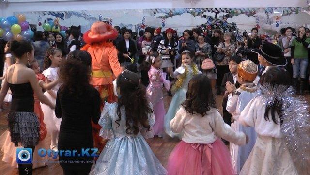 Утренник организовали для сотен детей из малообеспеченных семей