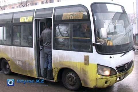 В часы пик шымкентские автобусы бывают перегружены