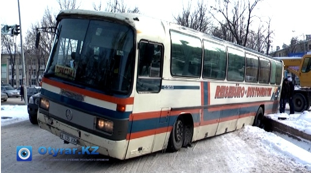 Автобус угодил в арык