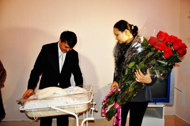 Счастливый супруг Алии Юсуповой, Нуржан Альтаев, не может отвести глаз от своего наследника
