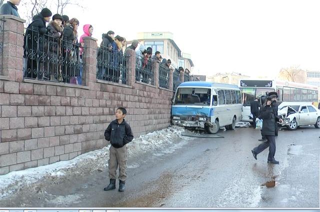 Два автобуса и две легковые машины столкнулись на улице Ташенова