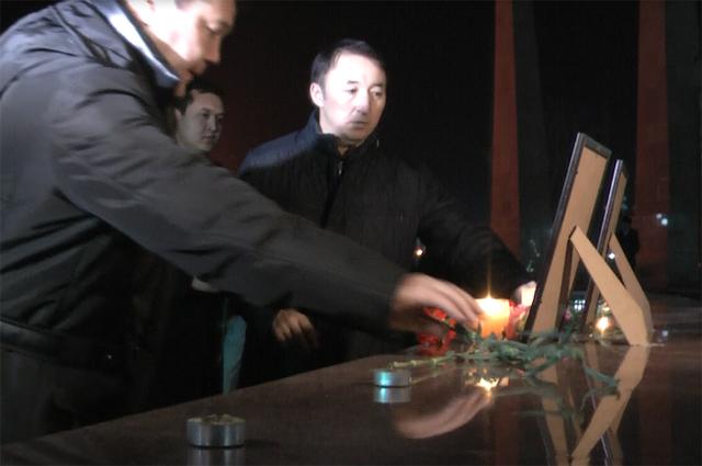 """На площади Ордабасы состоялся митинг в память о погибшем экипаже авиарейса """"Кокшетау-Алматы"""""""