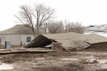 Паводки в Сарыагашском районе оставили десятки людей без жилья