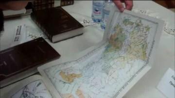 В книге содержатся подробные карты и планы того времени