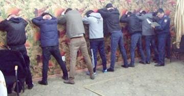 Оперативники управления по борьбе с организованной преступностью в сопровождении спецназа провели задержание вымогателей...