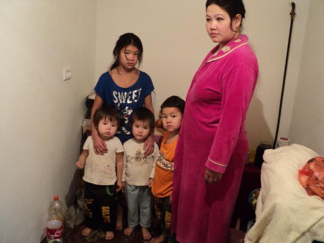 Женщина с 4 детьми оказалась на улице в середине зимы
