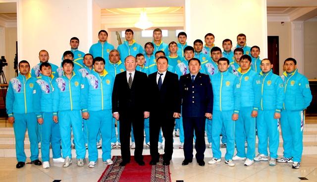 Спортсмены ДВД ЮКО на фото с руководством и заместителем акима ЮКО Али Бектаевым
