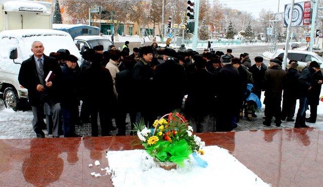 Люди собираются перед памятником