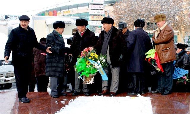 После того, как все собрались, аксакалы первыми возложили цветы у памятника