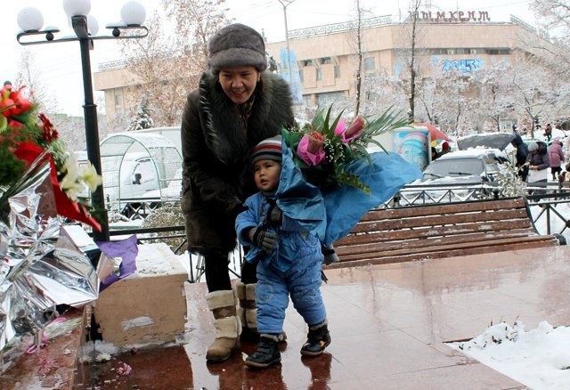 Трех летний, Динмухамед Янгибаев пришел с мамой возложить цветы. Его бабушка настояла на том, чтобы внука назвали в честь Динмухамеда Кунаева.