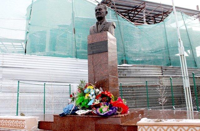 Памятник Динмухамеда Ахмедовича Кунаева (1912 - 1993 гг)