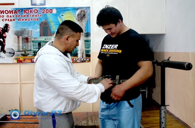 На тренировках при поднятии штанги обязательно используют пояс, чтобы не надорвать спину, и не получить травму. По правилам классического паурлифтинга на соревнованиях атлеты обходились без экипировки