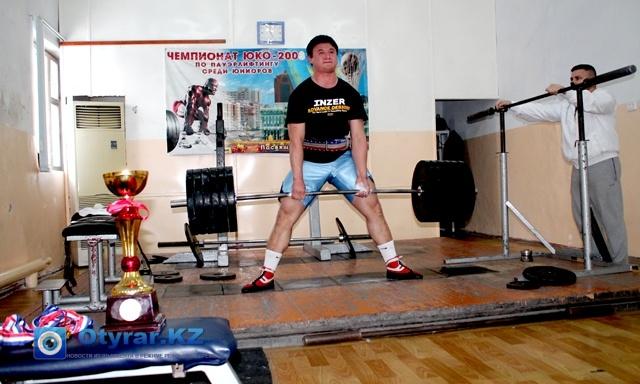 Во время тренировок Александр продемонстрировал свою силу и в становой тяге поднял 300 килограммов