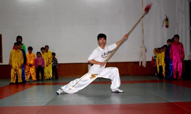 Молодой тренер по ушу таолу продемонстрирует китайское боевое искусство