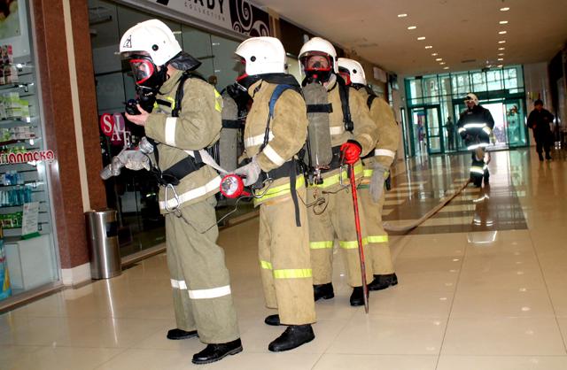 Пожарные  в противогазах  перед детскими отделом