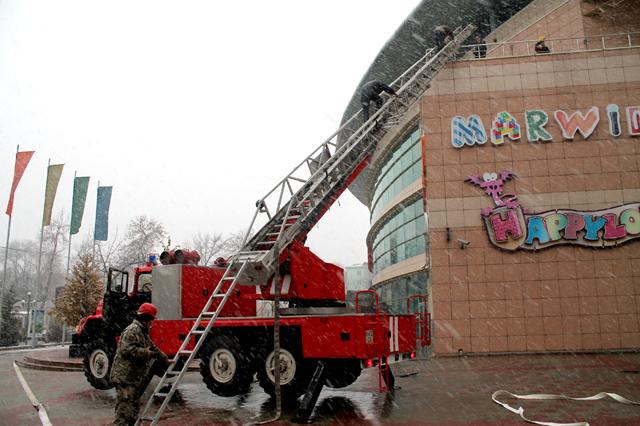 Пожарные эвакуировали по автолеснице оставшихся в здании людей