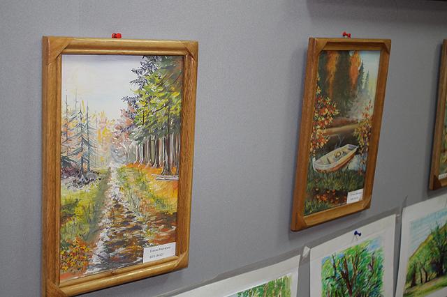 На выставке были картины разных стилей