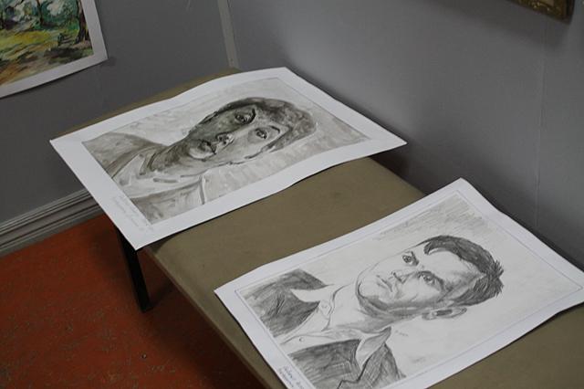 Были и портреты нарисованные карандашом