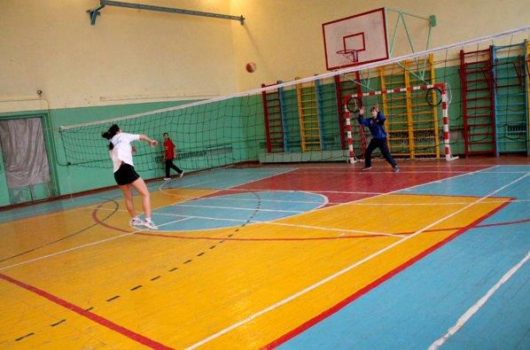 Броски в ворота через волейбольную сетку