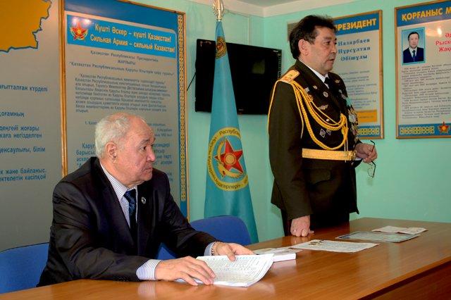 Алибек Сарсенов расказывает о проделанной работе в 2012 году, госоподину Жандосову.