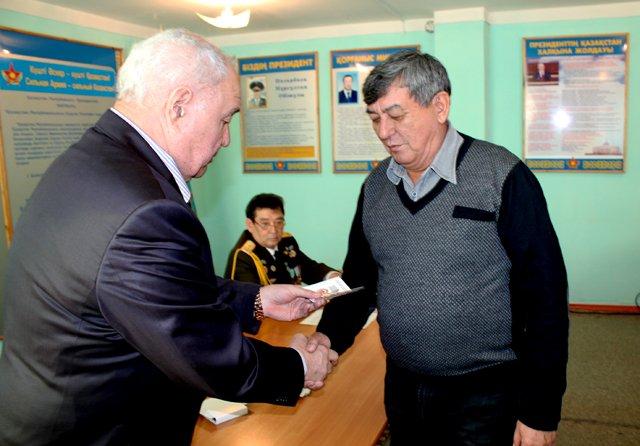 На собрании отличившиеся получили звания почетных ветеранов вооруженных сил РК.