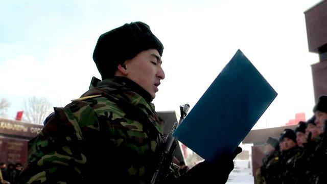 Крепко держа в руках автомат Биржан дает клятву верности и защиты Отечества