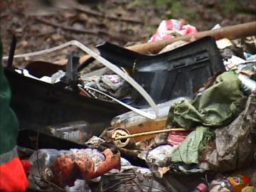 Бытовые отходы жителей близлежащих домов выгребаются из городских каналов ежедневно
