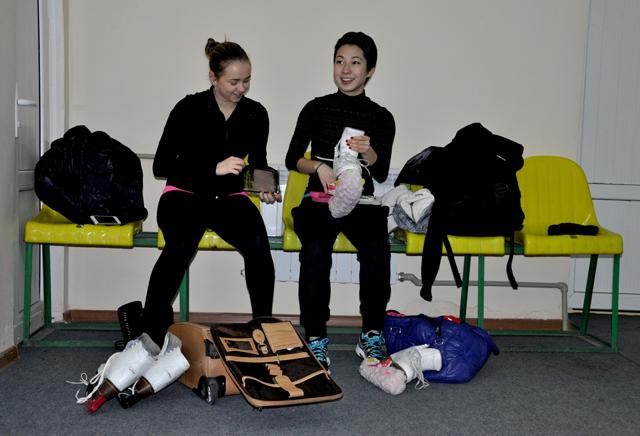 8 февраля фигуристки из Алматы готовятся к разминке. На фото слева на право Регина Глазман и Айгуль Кожамкулова. Подруги по команде, на льду принципиальные соперницы.