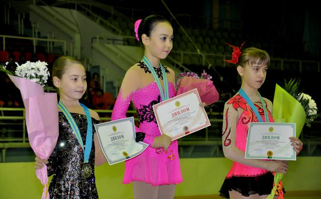 Среди девушек первого, взрослого разряда, чемпионкой стала фигуристка из Алматы, Дана Турсумбаева, которая отстаивала честь ЮКО. Серебро завоевала Алина Сыдыкова, а бронзовая медаль досталась, Валерии Стренадкиной