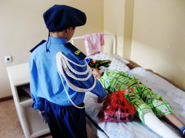 Юные инспекторы порадовали малышей подарками