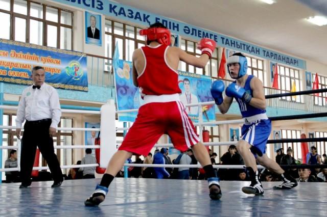 Поединок Шымкентского боксера против спортсмена из Кентау.
