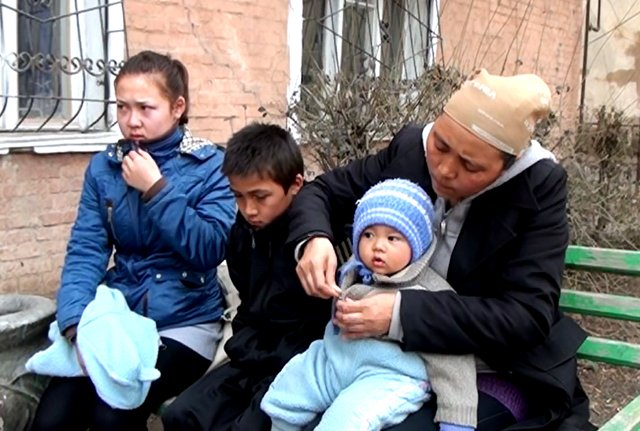 Калдыкуль Мухамедиева со своими детьми