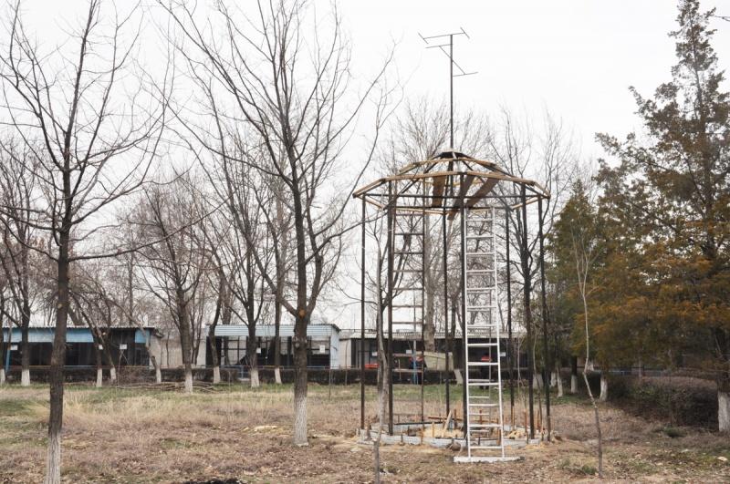 В этом домике, высоко над землей, скоро поселятся голуби