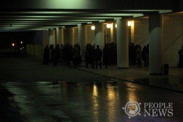 Фото © peoplenews.kz. Толпа людей во Дворце Республики