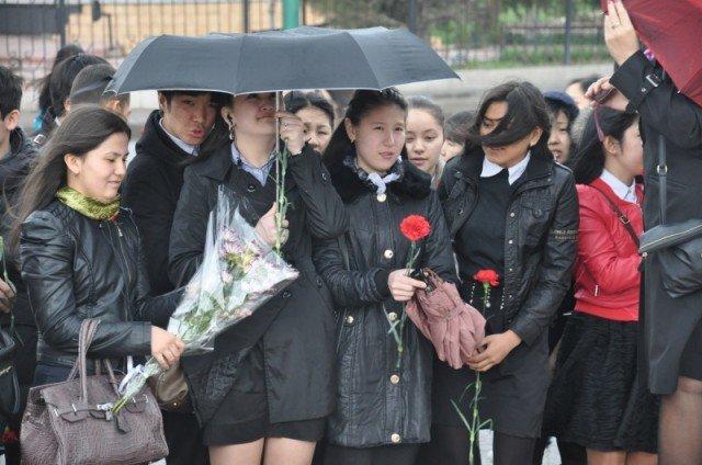 Несмотря на дождь молодежь все-таки собралась, чтобы отдать дань памяти