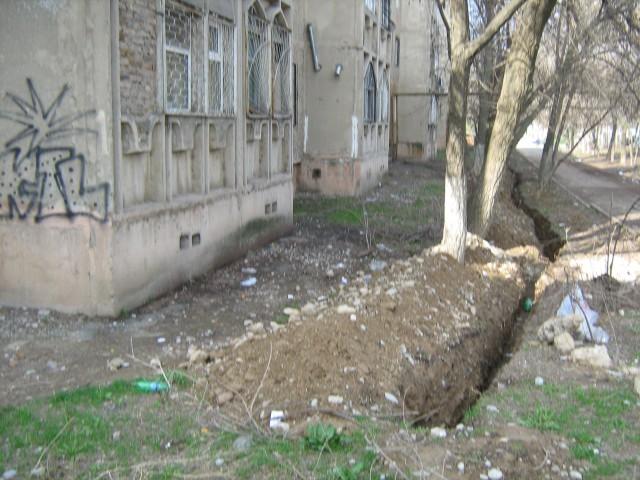 Такую траншею выкопали строители под окнами жилого многоквартирного дома