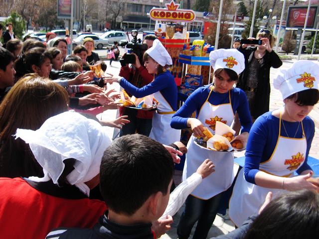 Мега центр Шымкент угощал всех желающих свежеприготовленными баурсаки