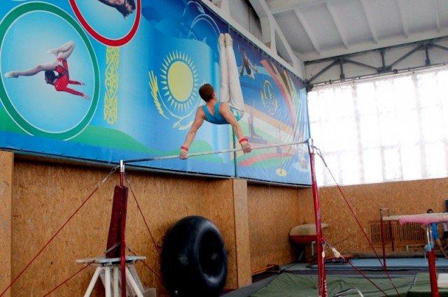 Десятикратный чемпион Казахстана Георгий Иванов выполняет упражнение на перекладине