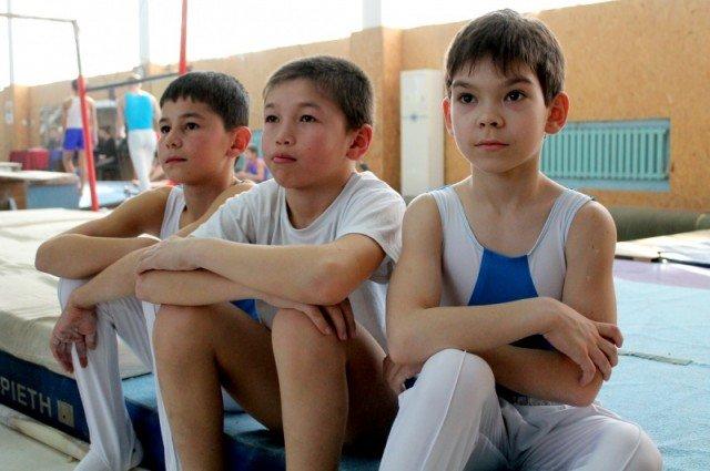 В это время товарищи по спорту наблюдают за выступлением
