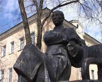 Памятник академику Сулейменову на улице Гани Иляева установили меньше года назад