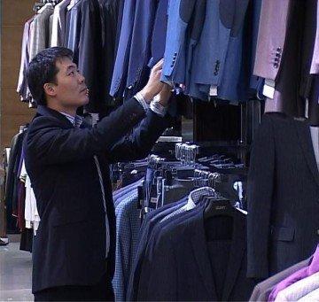В магазине огромный выбор трендовой одежды
