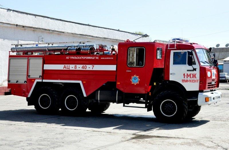 Включив сигнальные огни и сирену пожарная машина выехала в сторону дендропарка.