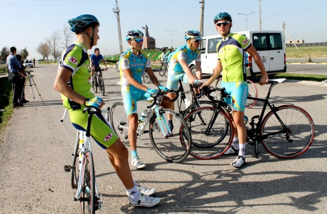 Велогонщики собираются перед стартом.