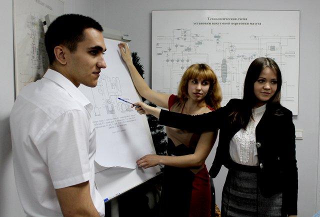 Эти студенты, уже знакомы с работой нефтеперерабатывающего завода, причем не понаслышке. В процессе учебы, все они проходили практику на этом предприятии.