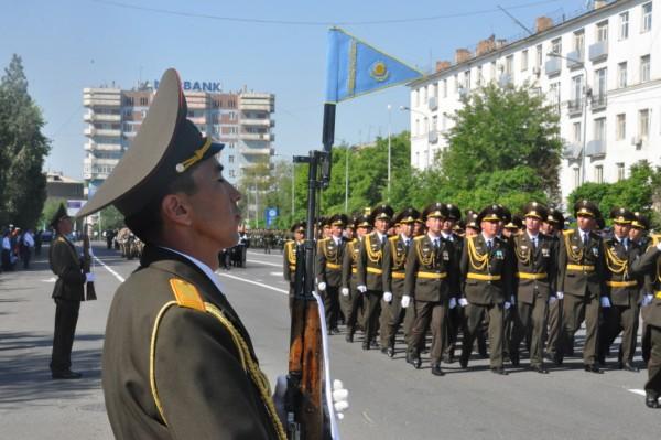 В параде участвовали военные, полицейские и учебные части