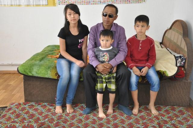 Алага Асанов в одиночку воспитывает троих детей