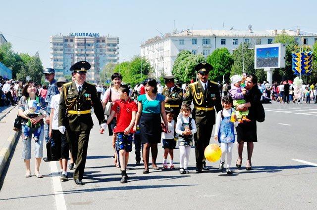 7 мая казахстанцы встретили парадом