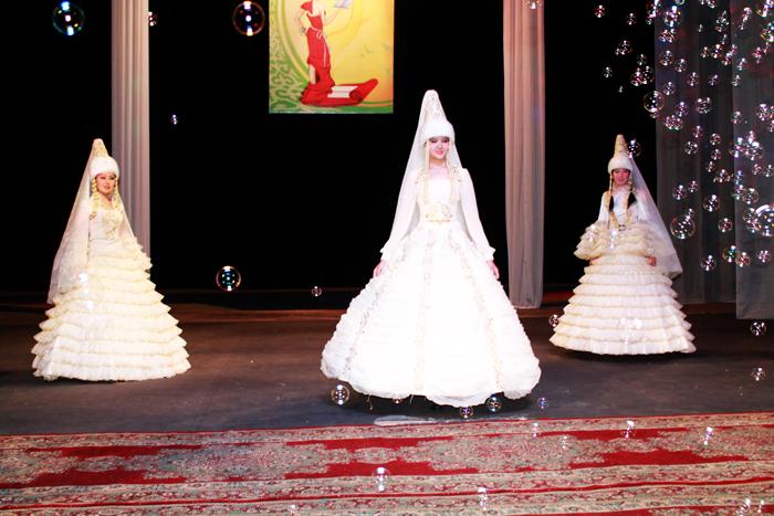 12 моделей национальных платьев для Узату, создавали 6 месяцев