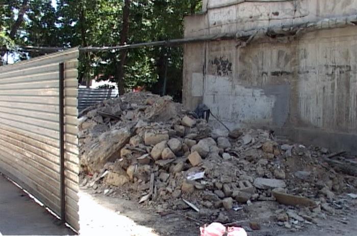 Пока, на месте магазина, груда строительного мусора. Но хозяйка земли надеется, что совсем скоро, здесь начнется строительство