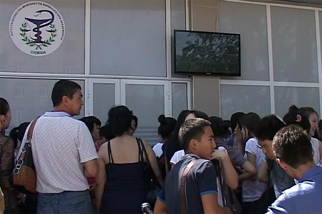 Многие родители следили за своими чадами через монитор, который был установлен на улице
